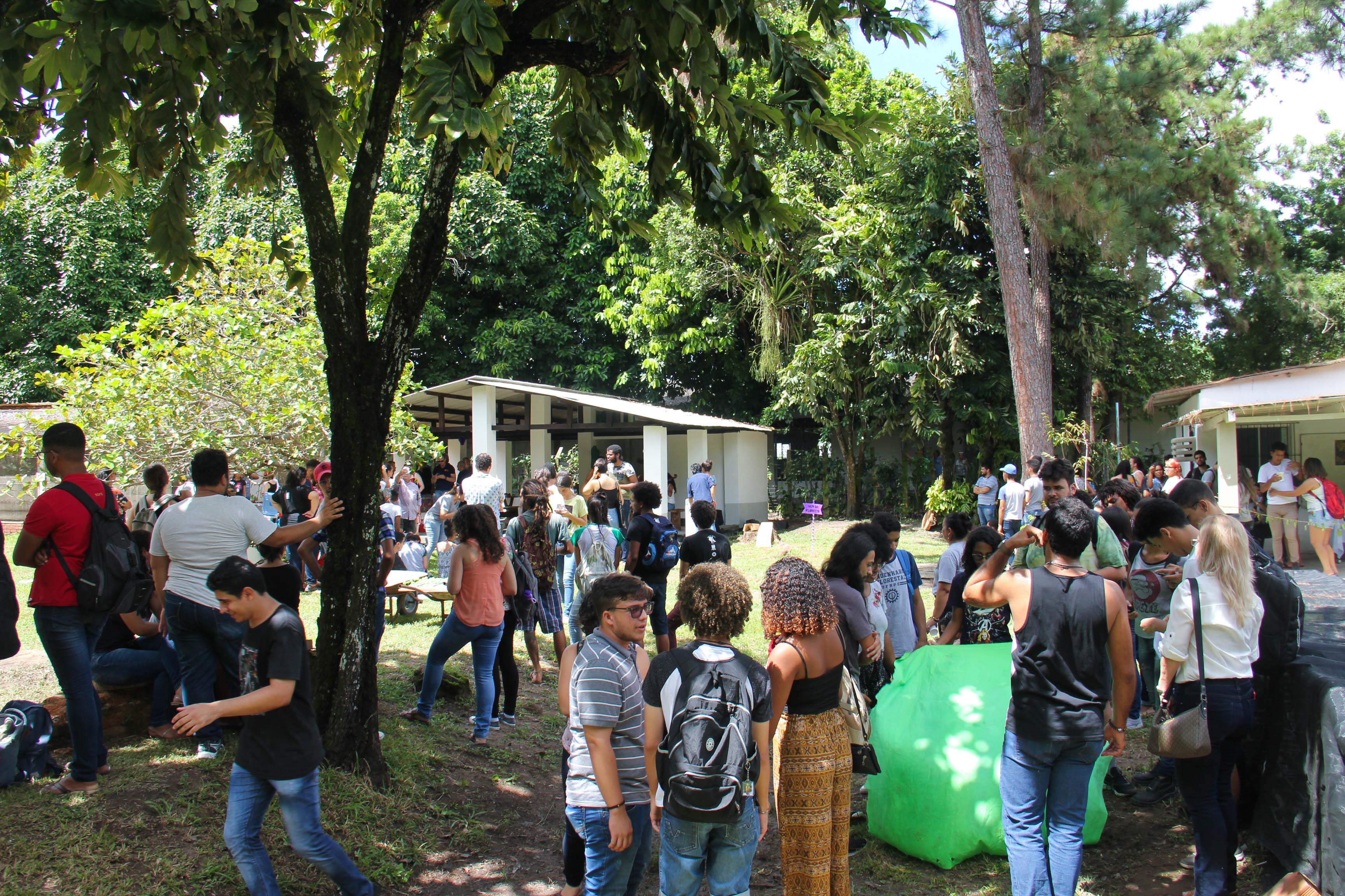 Estudantes e docentes de engenharia florestal reunidos
