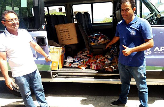 Imagem de pessoas recebendo doação de alimentos