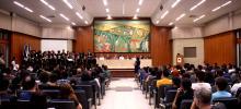 Imagem da solenidade da Aula Inaugural, no Salão Nobre da UFRPE, estudantes sentados nas cadeiras no primeiro plano, mesa de autoridades ao fundo.