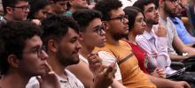 Fotos de estudantes em auditório