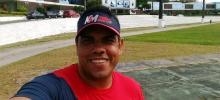 Servidor Marcos Paulo fotografado na pista de corrida da UFRPE, em frente ao Prédio Central