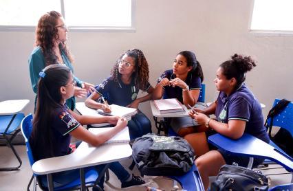estudantes trabalhando em grupo em sala de aula